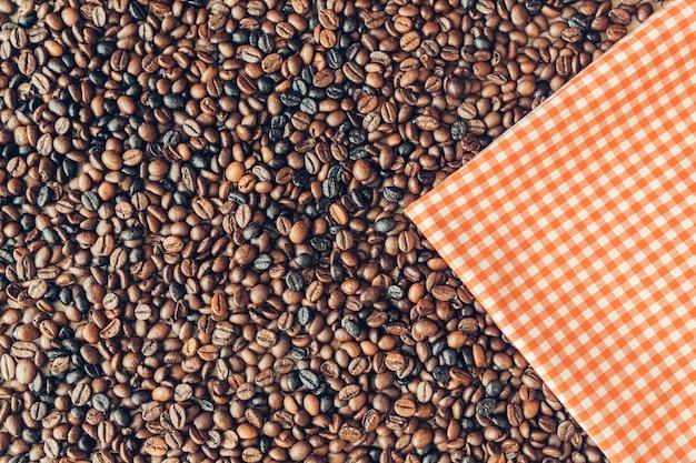 Decorazione di caffè con panno su fagioli