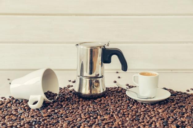 모카 포트와 커피 장식