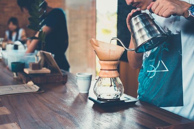 커피 물방울과 물이 뚝뚝 떨어지는