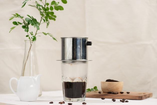나무 테이블에 베트남 스타일로 떨어지는 커피