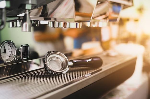 新鮮なコーヒーショットのためのコーヒー機器。コーヒーメーカー。ステンレス鍋。