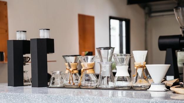 さまざまなサイズのドリップコーヒーカップを備えたコーヒー機器