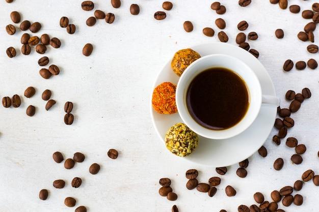 プレート上のコーヒーエスプレッソとトリュフボール、コーヒーとデザート