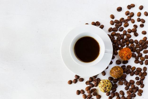 Кофе эспрессо и трюфельные шарики на тарелке, кофе и десерт