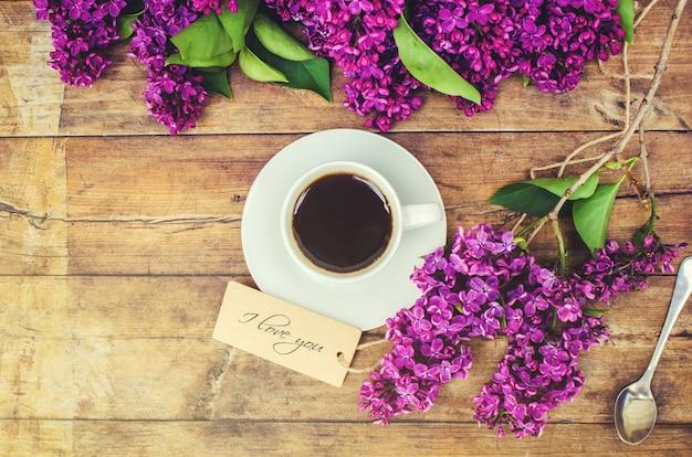 아침과 라일락 꽃 커피입니다. 선택적 초점.