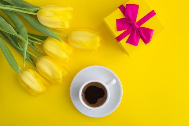 コーヒー、ギフト、チューリップの花束