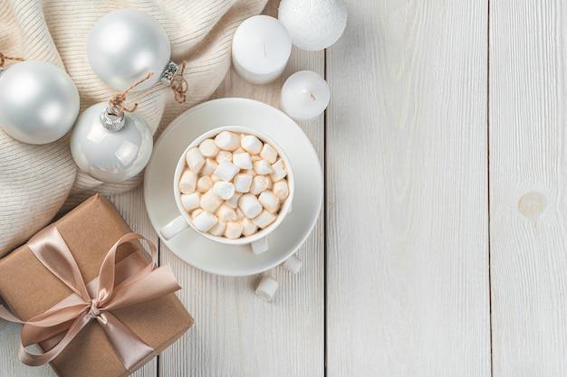 白い背景の上のコーヒーギフトとクリスマスツリーのおもちゃメリークリスマスと新年あけましておめでとうございます