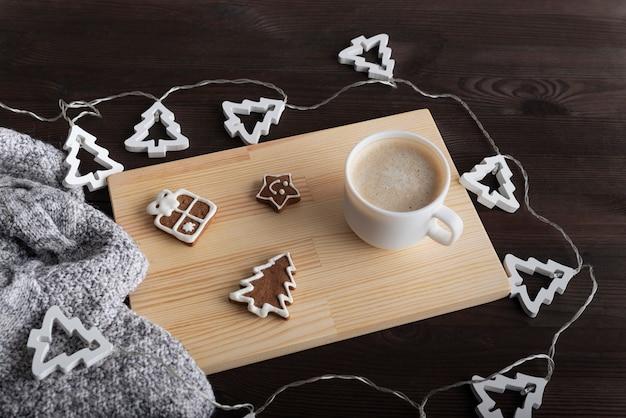 コーヒー、ジンジャーブレッド、クリスマスガーランド、暖かい毛布。正月フラットレイ。