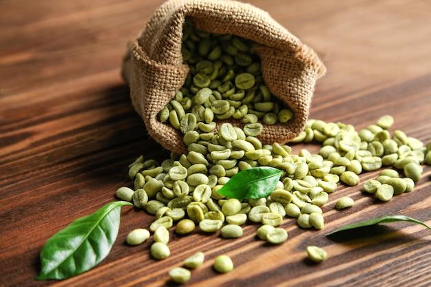 Кофейные зерна в мешковине на столе