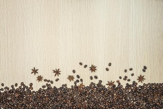 柔らかい茶色の木製テーブルの上のコーヒー粒