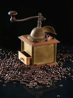 暗闇の中でコーヒーグラインダーと豆