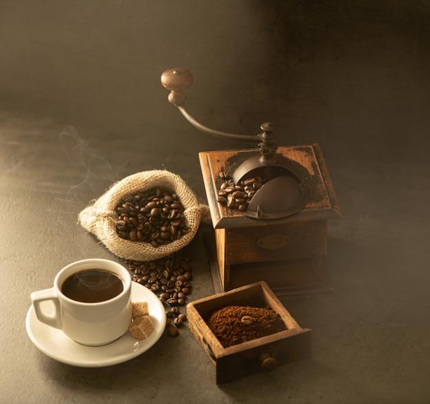 コーヒーグラインダーと豆の木製の背景