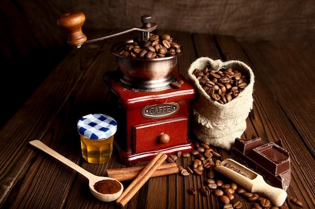 コーヒーグラインダーとコーヒーの背景
