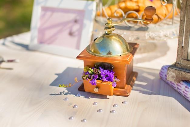 Кофемолка как декоративный элемент с цветами