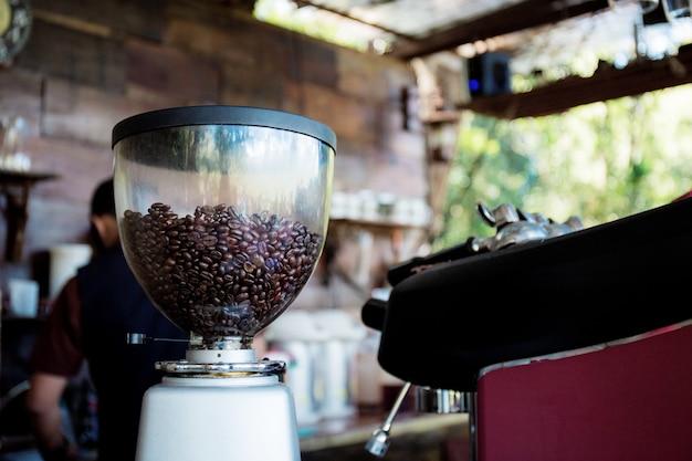 テーブルの上のコーヒーグラインダー。