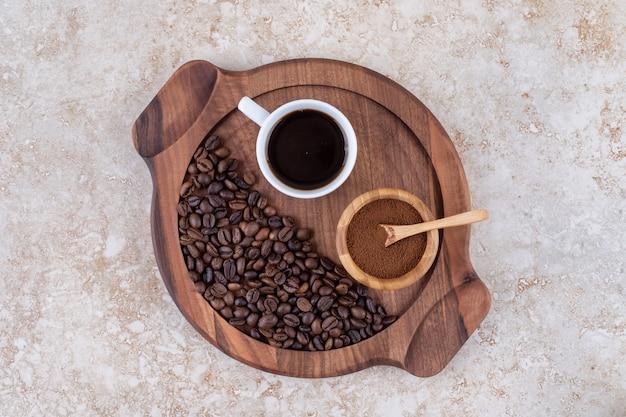 Caffè in forma macinata, prodotta e in chicchi su un vassoio