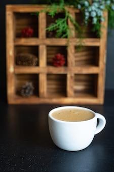 Кофе горячий напиток в белой чашке еловых веток