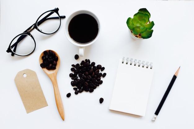 コーヒーアイデンティティブランディングは、上から見たセットをモックアップします。