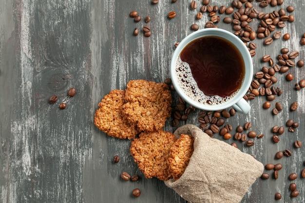 Кофе в синей чашке. неподалеку находится домашнее овсяное печенье.