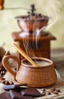 Кофе в чашку и блюдце на старом пространстве.