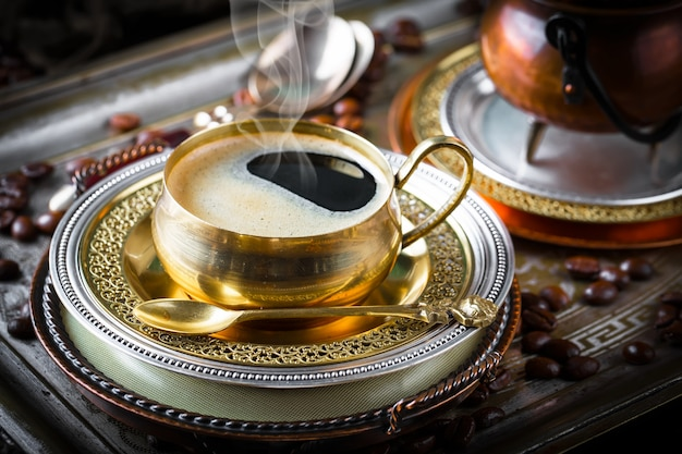 Кофе в чашке на старой поверхности