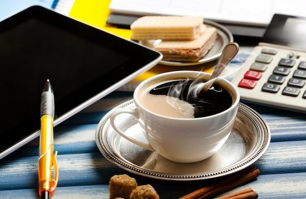 ビジネスを行うためのアイテムの背景にカップのコーヒー