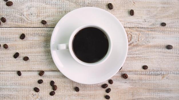 Кофе в чашке на столе. выборочный фокус. природа