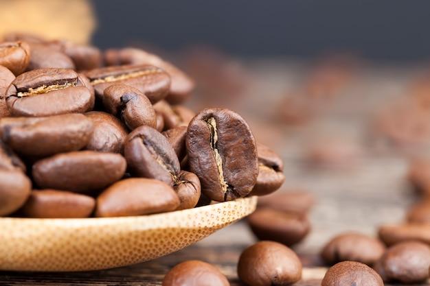 대나무로 만든 계량스푼에 담긴 커피