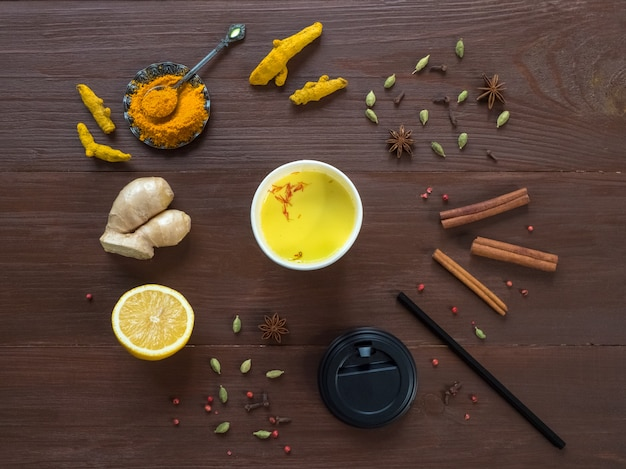 ウコン、シナモン、生姜、レモン、コショウで紙コップにコーヒー。抗ウイルス感染の予防。コピースペース、トップビュー