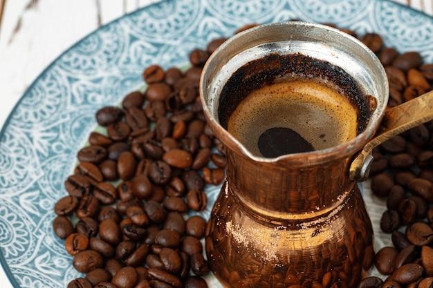 Кофе в медной турке с кофейными зернами