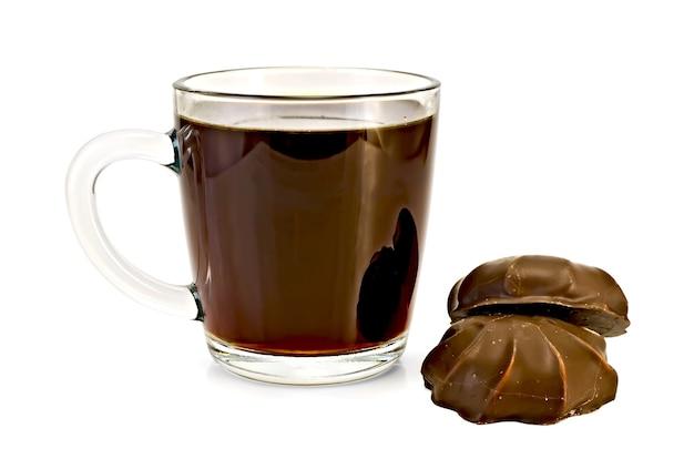 유리잔에 든 커피, 흰색 배경에 격리된 초콜릿에 마시멜로 2개