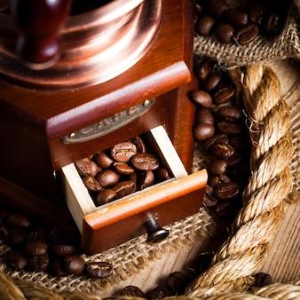 グラインダーとロープの静物画のコーヒー