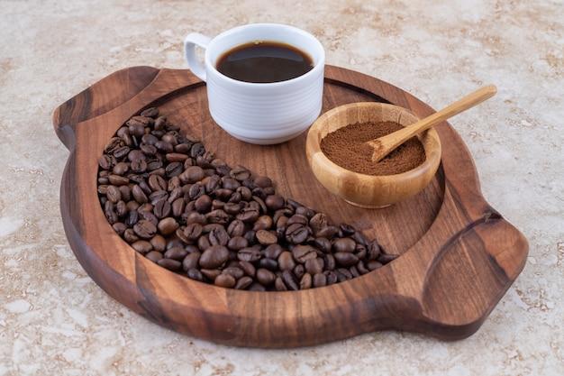 挽いたコーヒー、淹れたてのコーヒー、豆の形のトレイ
