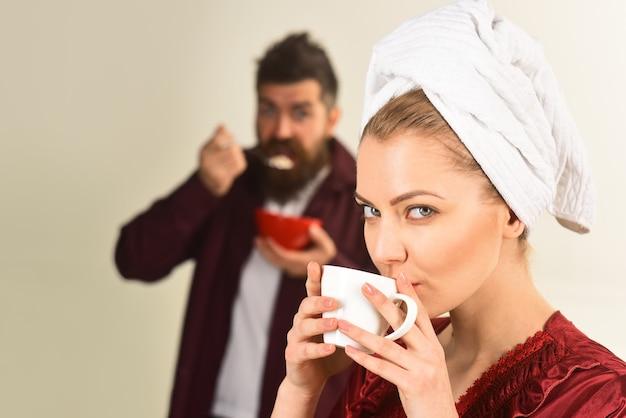 朝食の夫と妻が一緒に朝食をとっている朝の幸せなカップルのコーヒー夫婦
