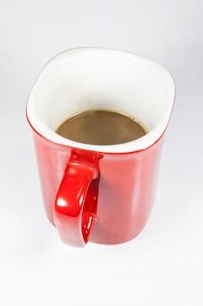 흰색 바탕에 빨간 컵에 커피