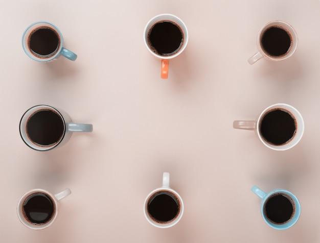Кофе в разных чашках на сером фоне