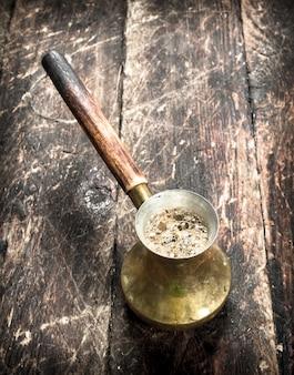 トルコのコーヒー。木製の背景に。