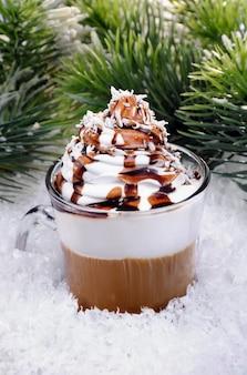 초콜릿 토핑 아이리쉬 크림과 함께 휘핑 크림 커피