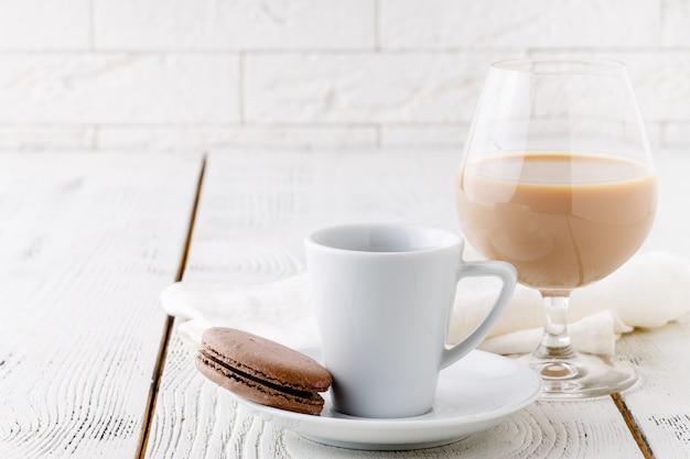 白いセラミックカップとチョコレートビスケットのコーヒー