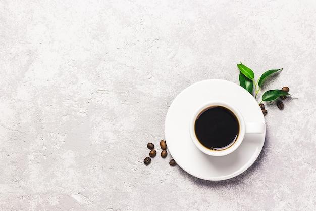 Кофе в белой чашке на бетонном столе. вид сверху