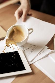 사무실 테이블에서 아침에 테이블에 흘리 고 흰색 컵에 커피