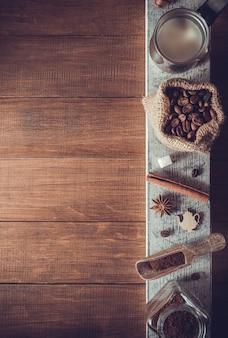 木製の背景にコーヒーの成分