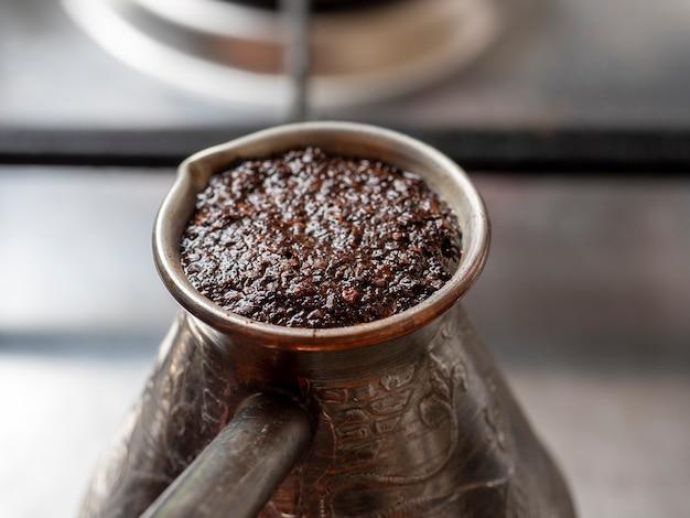 커피는 가스 렌지에 구리 터크에서 양조됩니다. 컨셉 조식, 모닝커피