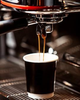 커피는 커피 머신에서 부어