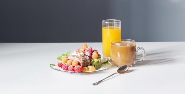 흰색 테이블에 커피 주스와 딸기 디저트