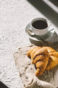 테이블에 커피 주스와 크루아상
