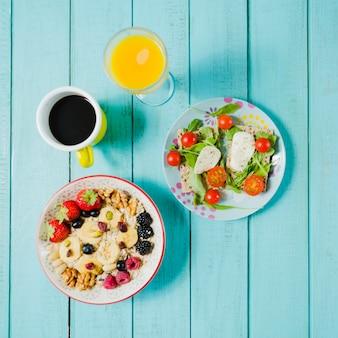Caffè e succo vicino insalata e muesli