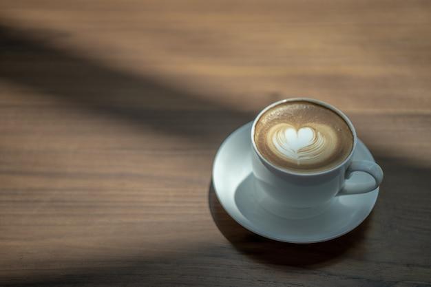 커피 숍 빈티지 컬러 톤의 커피 라떼 아트 에스프레소 프리미엄 사진