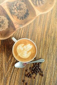 木製テーブル上のコーヒーラテアート。