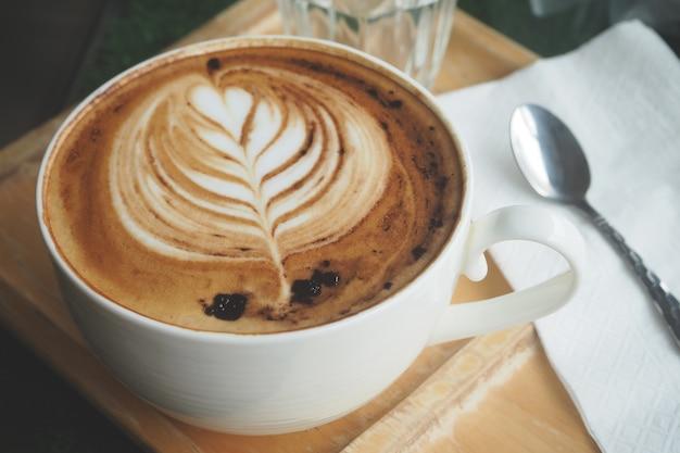 카페에서 숟가락 테이블 설정 커피 라떼 아트